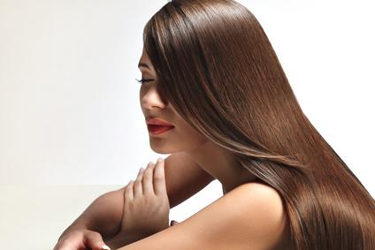 髪の毛に艶のある女性