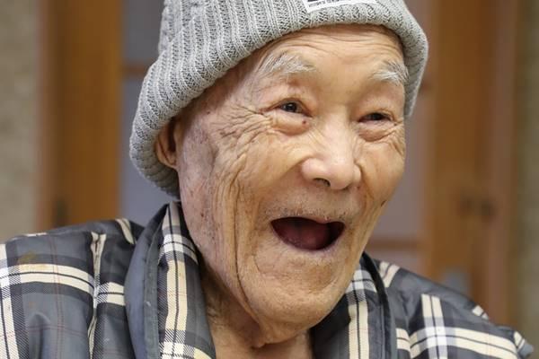 """112歳男性世界最高齢 元気の秘密は「食事も移動も""""自力""""!」"""